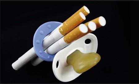 Сигареты в пустышке: курение при беременности смертельно опасно для ребенка.