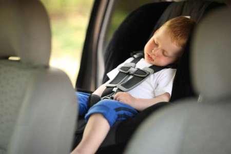 Ребёнок спит в машине