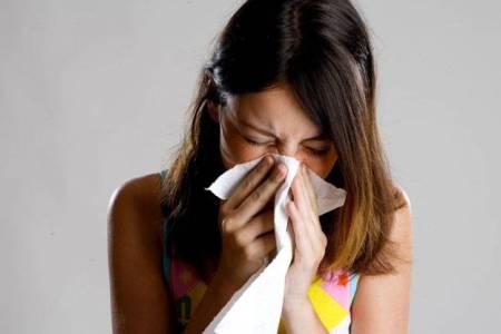 У женщины насморк – причина гайморита во время беременности