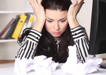 Расстроенная женщина: кровотечения на ранних сроках беременности, как симптом угрозы выкидыша