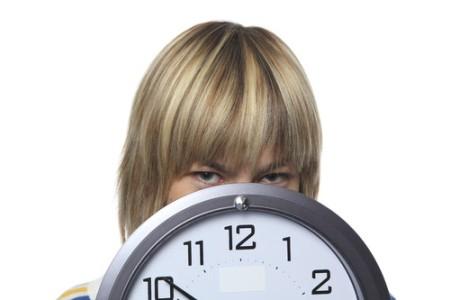 Женщина с часами: продолжительные схватки - признак начала родов
