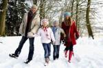 Семья на прогулке зимой