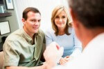 Семейная пара у врача: подготовка к процедуре ЭКО