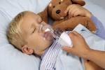 ребенок дышит парами через ингалятор
