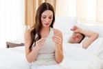 Женщина измеряет базальную температуру