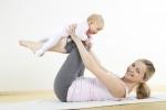 молодая мама занимается спортом вместе с ребенком