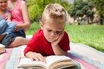 ребенок читает на свежем воздухе