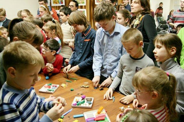 дети делают пластилиновый мультик