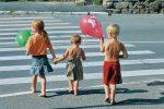 Назван возраст, когда ребенок самостоятельно может переходить через дорогу
