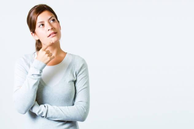 Женщина думает - нужен ли молокоотсос