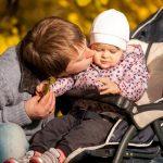 Почему пора перестать восхищаться отцами, которые проводят время со своими детьми?