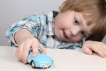 Мальчик играет: роль игрушек в воспитании детей